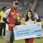 Preity Presents The Man Of The Match Award To Manpreet At KXIP Vs KKR Match IPL 2013