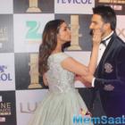 Ranveer Singh kisses Parineeti Chopra, at Zee Cine Awards 2016