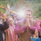 Salman Khan grooves with the crowd on Kabir Khan 'Tubelight' set