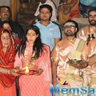 Have a look! Sara Ali Khan is enjoying in the beautiful Banaras, attends Aarti with mother Amrita Singh
