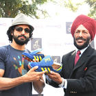 Milkha Singh hands over his shoes to Farhan Akhtar