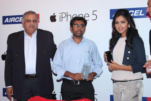 Amala Paul Shows Iphone 5 At Apple Iphone 5 Launch For Aircel