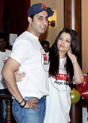 Abhishek And Aishwarya Nice Look With Cute Smiling Photo At Magic Bus Event On Children's Day