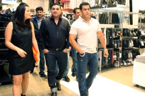 Salman Khan Visited Dubai Mall For Shopping