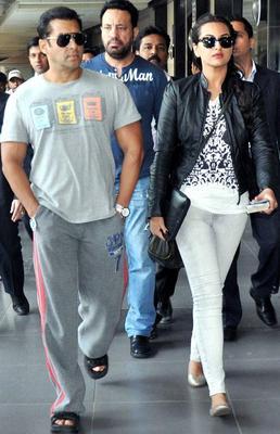 Salman Khan And Sonakshi Sinha At The Airport On 22 Nov 2012