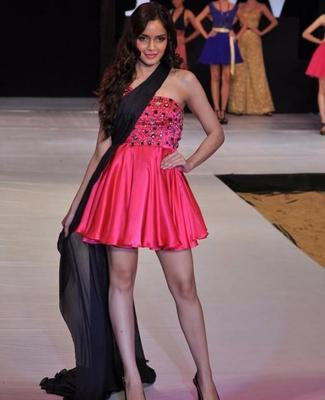 Shazahn Nice Walks At India Resort Fashion Week 2012