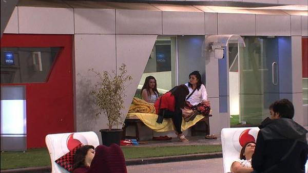 Sana,Aashka,Delnaaz,Karishma And Urvashi Snapped In Garden In Bigg Boss 6 Modern House