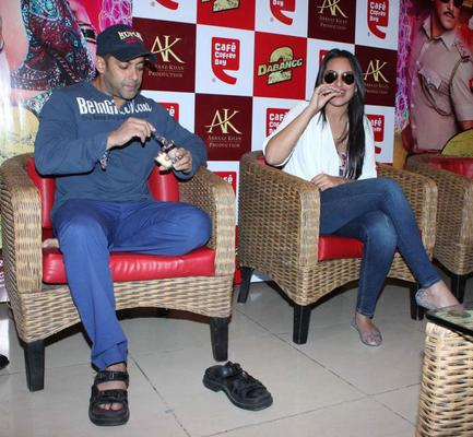 Salman And Sonakshi Cake Eating Photo At Cafe Coffee Day For Dabangg 2 Promotion