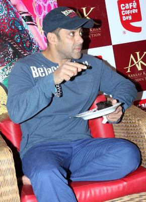 Salman Cake Eating Photo At Cafe Coffee Day For Dabangg 2 Promotion