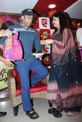 Salman Present A Gift At Cafe Coffee Day For Dabangg 2 Promotion
