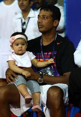 Saira With Dad Mahesh During The Aircel Chennai Open 2013 Tennis Tournament