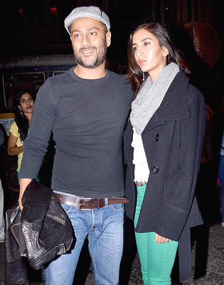Abhishek With His Wife Posed For Camera At Hritik Roshan Birthday Bash