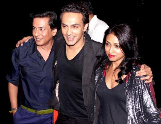 Surily Goel With Friends Cosy Pose For Camera At Hritik Roshan Birthday Bash