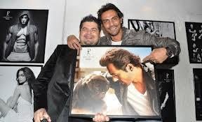 Arjun And Dabboo Posed For Camera With His Photograph At Dabboo Ratnanis 2013 Calendar Launch