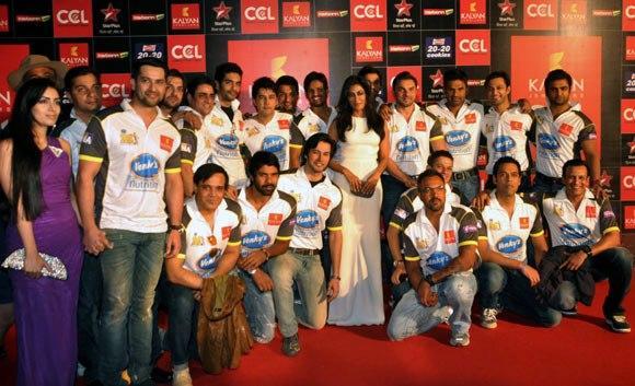 Aftab,Chitrangada,Sohail And Suniel With The Team Pose For Camera At Celebrity Cricket League Curtain Raiser 2013