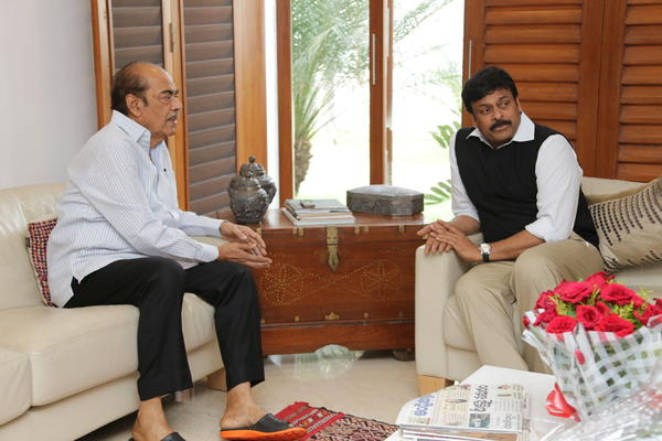 Chiranjeevi Felicition To Ramanaidu At His Residence