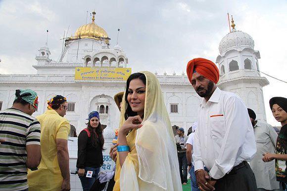 Veena Malik Latest Photo Stills At Gurudwara