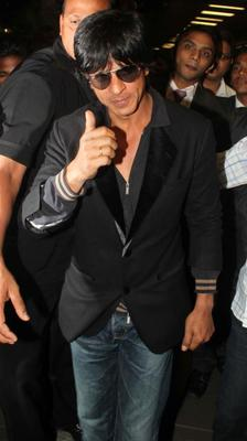 Shahrukh Khan Cool At Mumbai Airport On Their Arrival From TOIFA 2013
