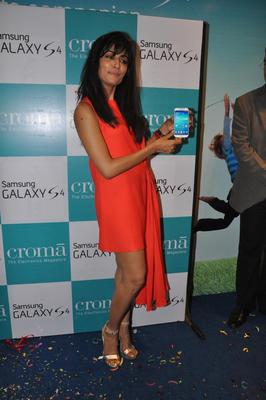 Chitrangada Singh Launches Samsung Galaxy S4 Mobile