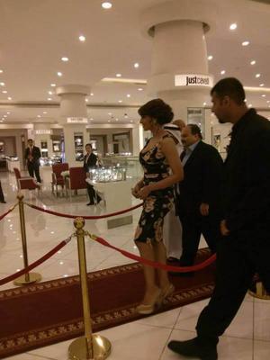 Bipasha Basu Enter In Dubai Mall For The Opening Of Gili And Gitanjali Jewellery