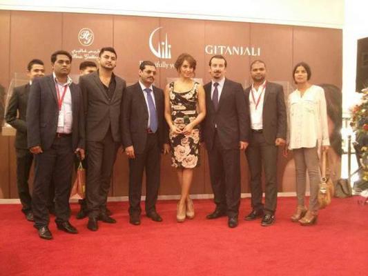 Bipasha Basu Pose With Chairman And Managing Director Of The Group At Dubai Mall