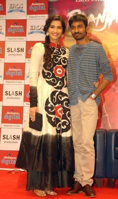 Sonam Kapoor And Dhanush Promote Raanjhanna At Reliance Digital Store