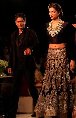Shahrukh And Deepika Walked On The Ramp At The PCJ Delhi Couture 2013