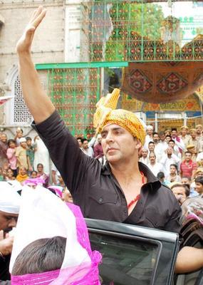 Akshay Kumar Sonakshi And Ekta Visit Ajmer Sharif