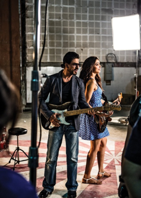 SRK And Deepika Rocking Posed On The Sets Of A Promotional Photo Shoot For Chennai Express