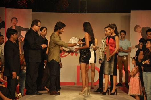 Shahid Gave Prize To Preeti And Ileana Looks On At Aldo Fashion Show 2013