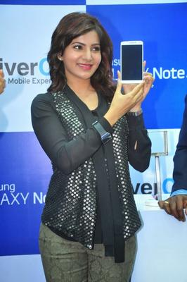 Samantha Posed With A Smartphone During The Launch Of Samsung Galaxy Note III At Chennai