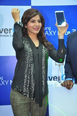 Samantha Shows The Samsung Galaxy Smartphone At Samsung Galaxy Note III Launch Event