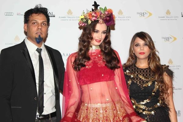 Evelyn Sharma Posed With Designers Falguni And Shane Peacock On Day 3 Of The IBFW 2013