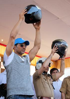 Akshay Kumar And The Mumbai Police Commissioner Show Off Helmets To The Crowd