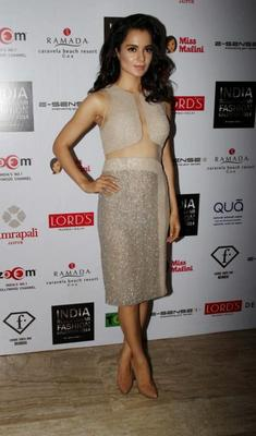 Kangana Ranaut Fashionable Sexy Look At The Unveiling Of 1st Edition Of Resortwear 2014 Fashion Calendar