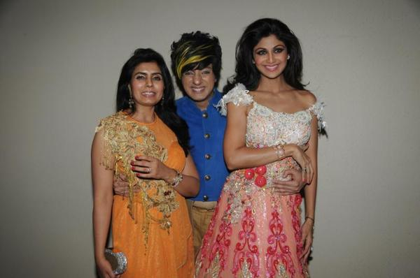 Shilpa Shetty And Rohit Verma Cool Pose At Rohit Verma Marigold Watches Fashion Show 2013