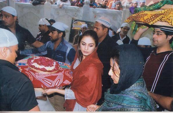 Huma Qureshi Visits Ajmer Sharif To Seek Blessings For Her Forthcoming Movie Dedh Ishqiya
