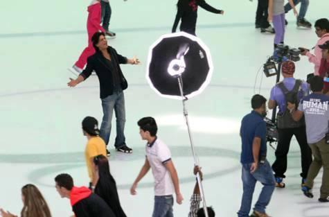 SRK Spreads His Arms On Ice At Dubai Mall For Farah Khan's Happy New Year