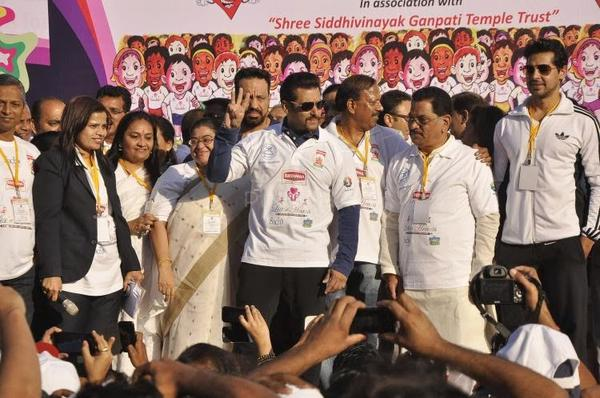 Salman Khan Spotted For Encourage To Running To Save Little Hearts