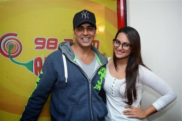 Akshay And Sonakshi Nice Pose At 98.3 FM Radio Mirchi To Promote Their Movie Holiday