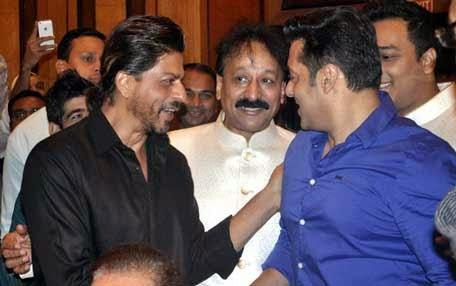 Shahrukh Khan,Baba Siddique And Salman Khan Cool Chatting At Baba Siddique Iftaar Party