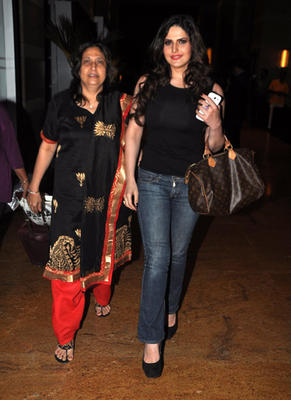 Zarine Khan Takes Her Mom For A Dinner At Mumbai