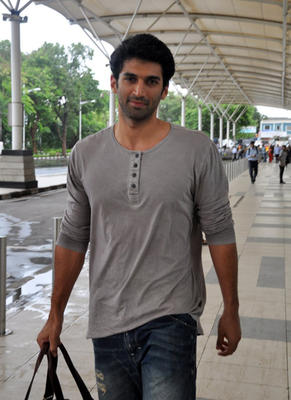 Aditya Roy Kapur Snapped At Mumbai Airport After The Promotion Of Daawat-E-Ishq At Delhi