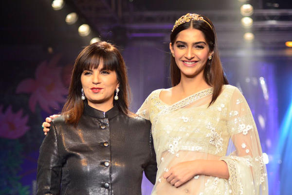 Sonam Kapoor Walks Ramp With Designer Neeta Lulla At The Grand Finale Of IIJW 2014