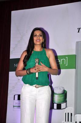 Sonali Bendre Looks Glamour During The Launch Of Oriflame Ecollagen Range