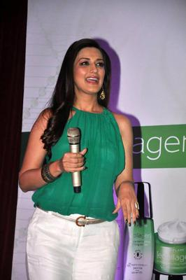 Sonali Looks Stylish In Green As She Launches Oriflame Ecollagen Range Of Beauty Products