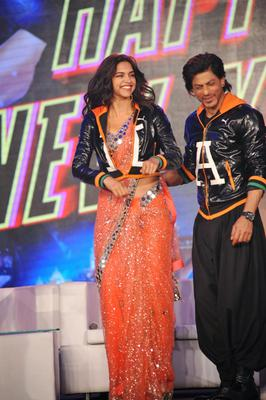 Deepika Padukone And SRK Cool Happy Look At The Trailer Launch Of Happy New Year