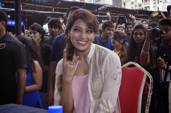 Bipasha Basu Looks Very Happy At Mithibai College Fest During Creature 3D Promotion