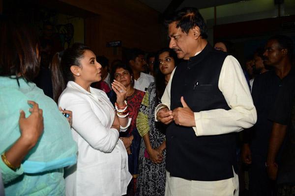 Rani Mukerji Deep Conversation With Maharashtra CM Prithviraj Chavan During The Screening Of Mardaani