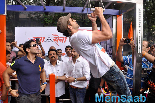 Hrithik Roshan Flexed Few Muscles During The Launch Of Dino Morea 10th Fitness Station